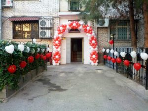 Украшение подъезда шариками на выкуп невесты