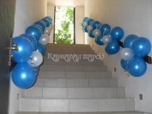Перила лестницы украшенные шариками на выкуп на свадьбу