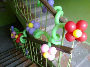 Оформление лестничных перил шарами на выкуп невесты