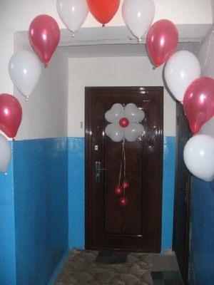 Дверь украшенная шариками на выкуп