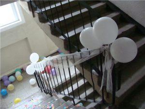 Украшение лестничных перил шариками и тканью на выкуп