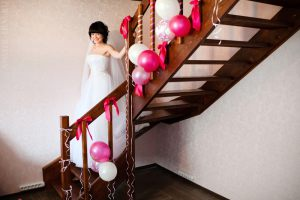 Декор лестницы шарами на выкуп на свадьбу