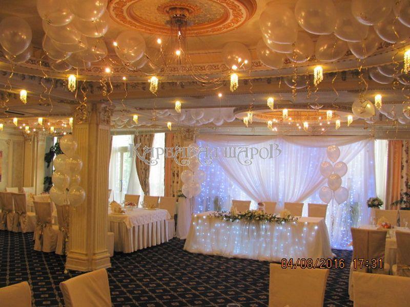 Украшение банкетного зала ресторана на свадьбу цветами недорого