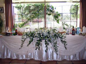 Декор стола жениха и невесты цветами