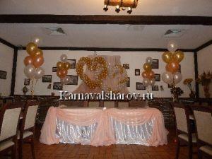 Декор стола жениха и невесты тканями