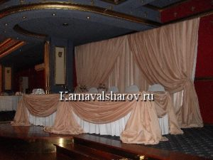 Декор свадебного стола тканью