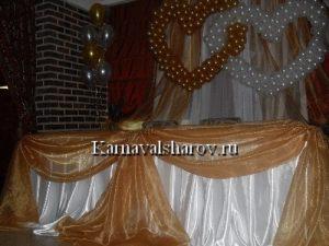 Декор стола молодых тканью
