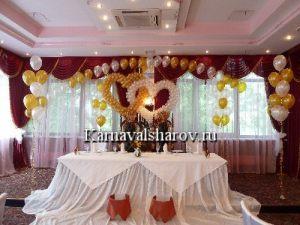 Драпировка свадебного стола тканью