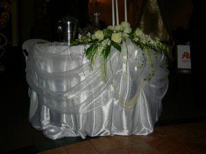 Оформление стола молодоженов тканью