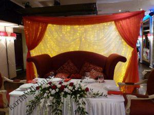 Оформление стола жениха и невесты цветами